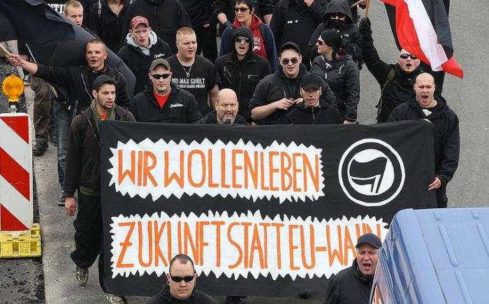 Neonazi-Demonstration 1. Juni 2013 in Wolfsburg: 2. v.l. am Transparent (Glatze): Vater Paul Fischer, unten 1.v.l. am Bildrand: Michel Fischer (Foto: T.Rassloff)