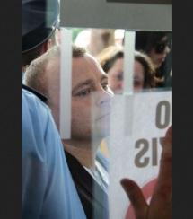 Patrick David Wieschke leicht enttäuscht vor dem Landtag, Foto geklaut beim Störungsmelder.