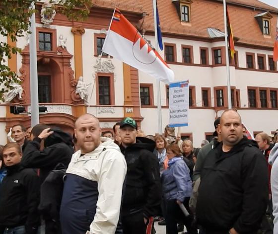 """Vorne links mit weiß-blauer Jacke: Neonazi, Hooligan und gewalttätiger Choleriker: Benjamin Günther aus Dröbischau, der im ersten Halbjahr 2015 zu vielen Neonazi-Aufmärschen reiste und im Januar bereits bei """"Pegada-Endgame"""" in Erfurt Gegendemonstranten angriff."""