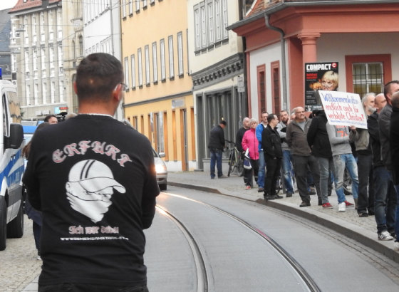 """Teilnehmer der AfD-Demo: Hooligan mit T-Shirt vom Verein """"Gemeinsam Stark Deutschland"""", der der Neonazi-Szene nahesteht und am 2. Mai in Erfurt mit 270 Teilnehmenden demonstrierte, darunter viele Neonazis"""