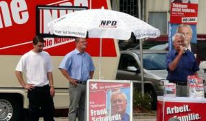 Kevin Schulhauser, Identitäre Bewegung Thüringen hinter einem NPD-Wahlstand vor einigen Jahren